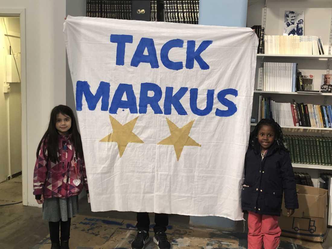"""""""Vi vill tacka Markus för att han har spelat i Malmö FF"""" säger Nour. Hennes kompis Keira håller med."""