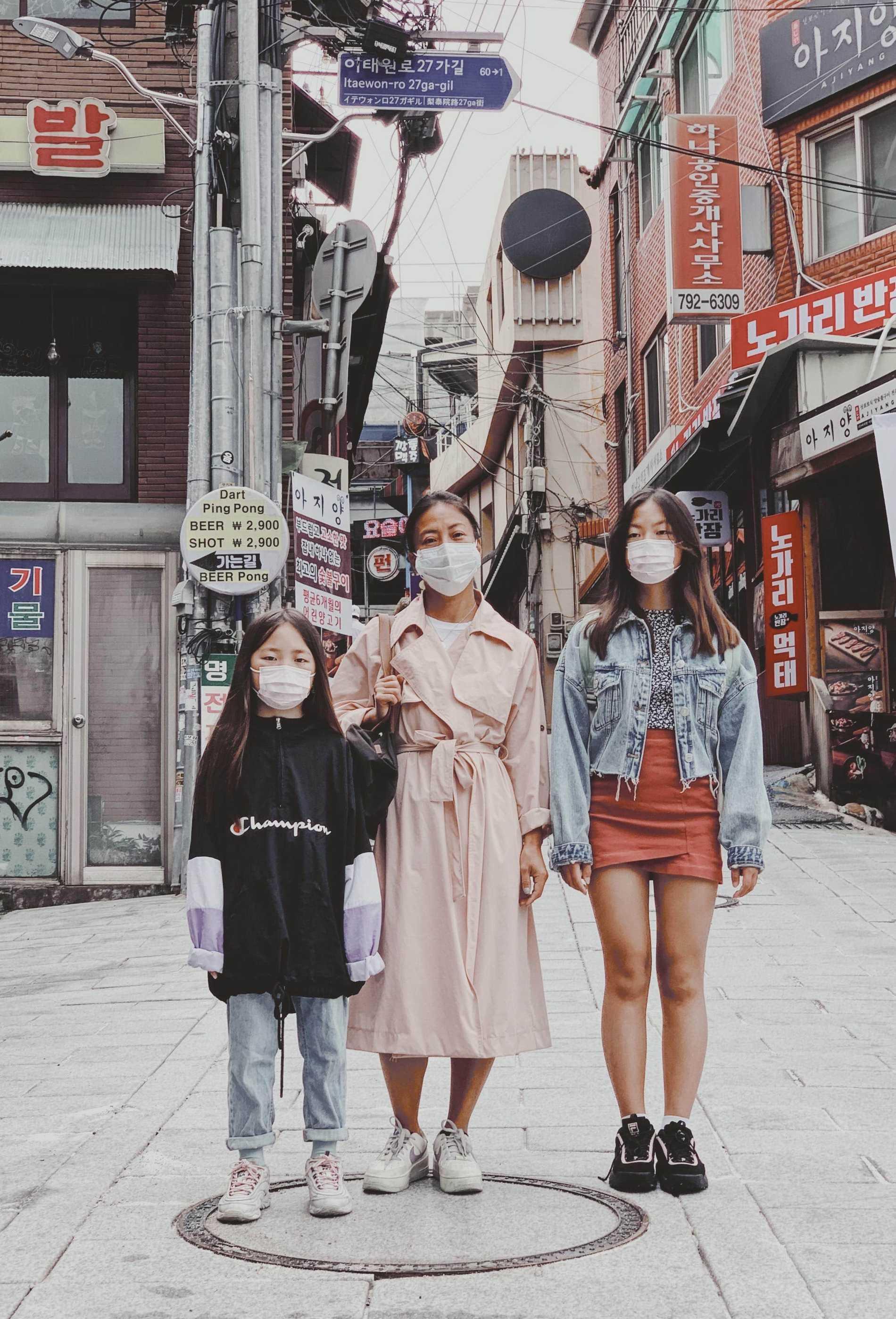 Emma Gate med döttrarna Mika och Coco i Seoul.