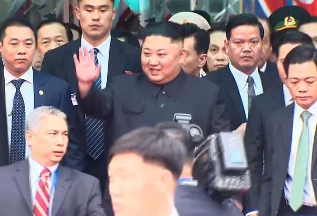Kim Jong-Un vinkar efter att ha stigit ur tåget i gryningen i den vietnamesiska gränsstaden Dong Dang. Stillbild tagen från tv-sändning.