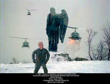 """PÅ flYkT """"Behind enemy lines"""" är en krigsfilm som liknar många andra. Några spännande sekvenser och sevärda skådespelare räddar en del. Owen Wilson spelar navigatören Burnett som flyr i Bosnien."""