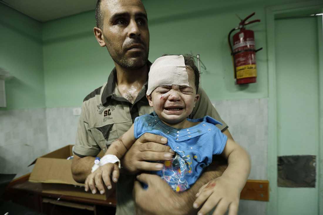 Ett litet barn som skadades i attacken mot FN-skolan i Beit Lahia på Gazaremsan får vård.