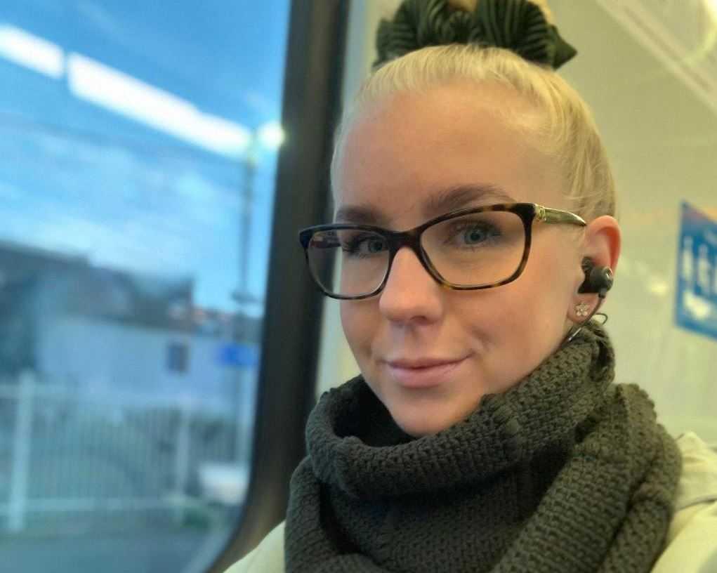 Studenten Emma Wallström tycker att myndigheterna är bra på att informera om vad som gäller under nedstängningen.