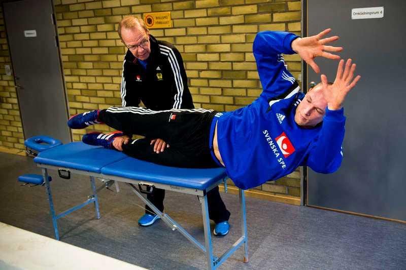 """""""de sista procenten måste klaffa"""" Johan Jakobssons skada fortsätter spöka. Här får han behandling av sjukgymnasten Inge Dahlberg vid gårdagens landslagsträning i Malmö.oto:"""
