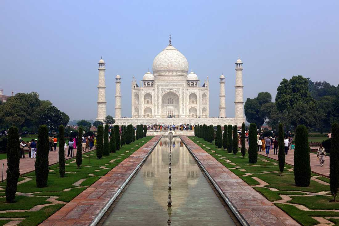 Taj Mahal är ett mausoleum beläget utanför staden Agra i Indien. Det uppfördes på 1600-talet. Fasaden är i vit marmor med inlägg av halvädelstenar i olika färger.