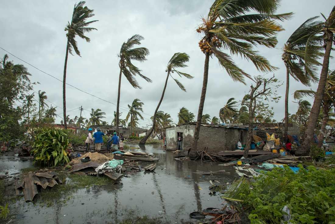 Människor återvänder till sina hem i Beira på söndagen 17 mars.
