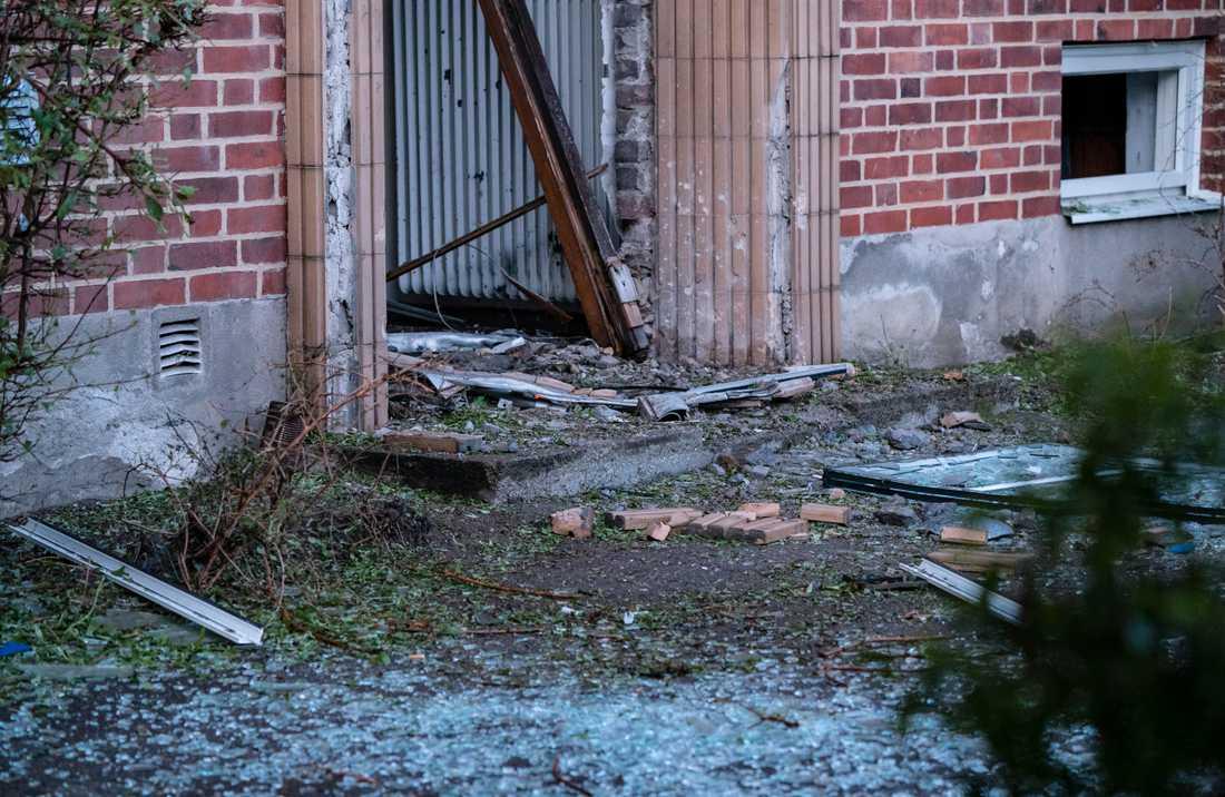 En entré till ett flerfamiljshus i Helsingborg fick stora skador efter en explosion tidigt på tisdagsmorgonen.
