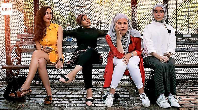 SVT Edit gör en remake av en känd bild från serien Girls. Från vänster: Atheer Yacoub, Rafiya Alam, Iman Meskini och Mona Haydar.