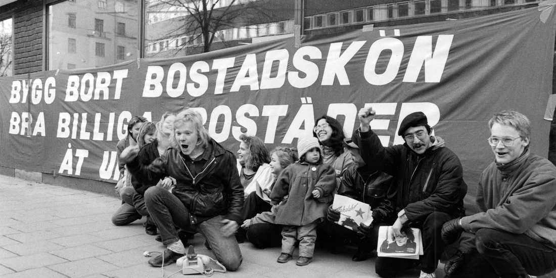 Det var svårt att få bostad även 1987, här demonstrerar unga bostadslösa utanför Bostadsförmedlingen som då låg på S:t Eriksgatan.