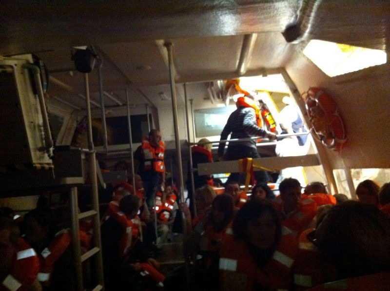 Fartyget började sjunka och passagerarna evakuerades till den närliggande ön Giglio.