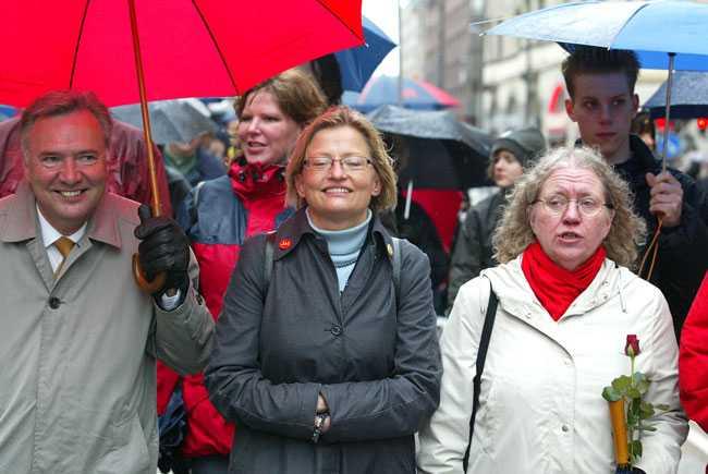 Första maj 2003. Bo Holmberg och Anna Lindh, då utrikesminister, går i Socialdemokraternas demonstrationståg.