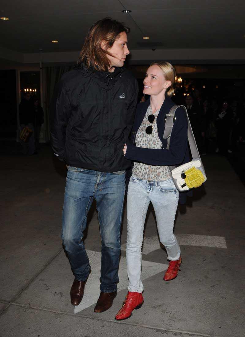 London. Stor kavaj och röda boots som färgklick gör Kate sällskap på Londons gator. Och en snygg pojkvän.