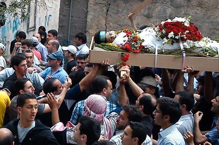 En av oppositionens medlemmar begravs efter att ha dödats i striderna.