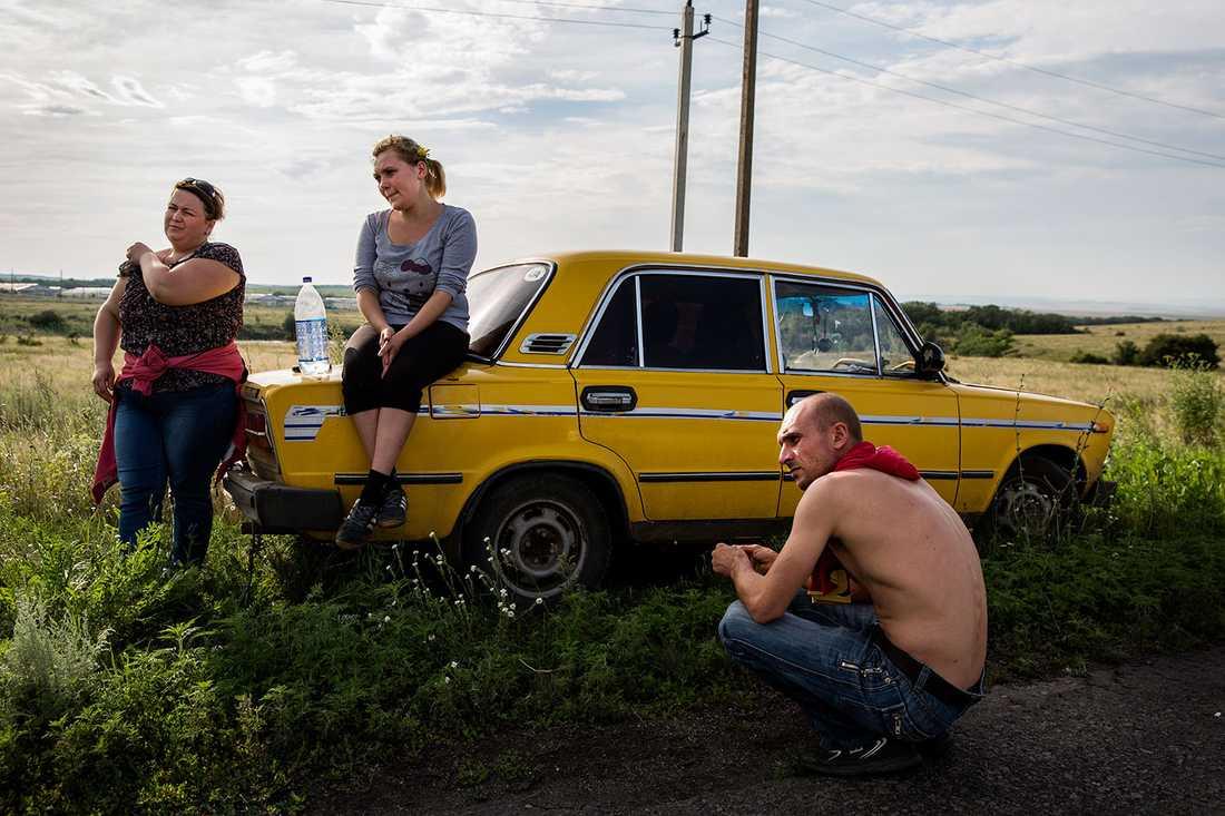 Oksana, Karina och Sergey letar efter döda på fälten kring vrakplatsen.