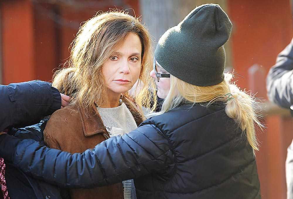 Lena Olin pysslas om av inspelningsteamet i höstkylan på Gärdet i Stockholm.