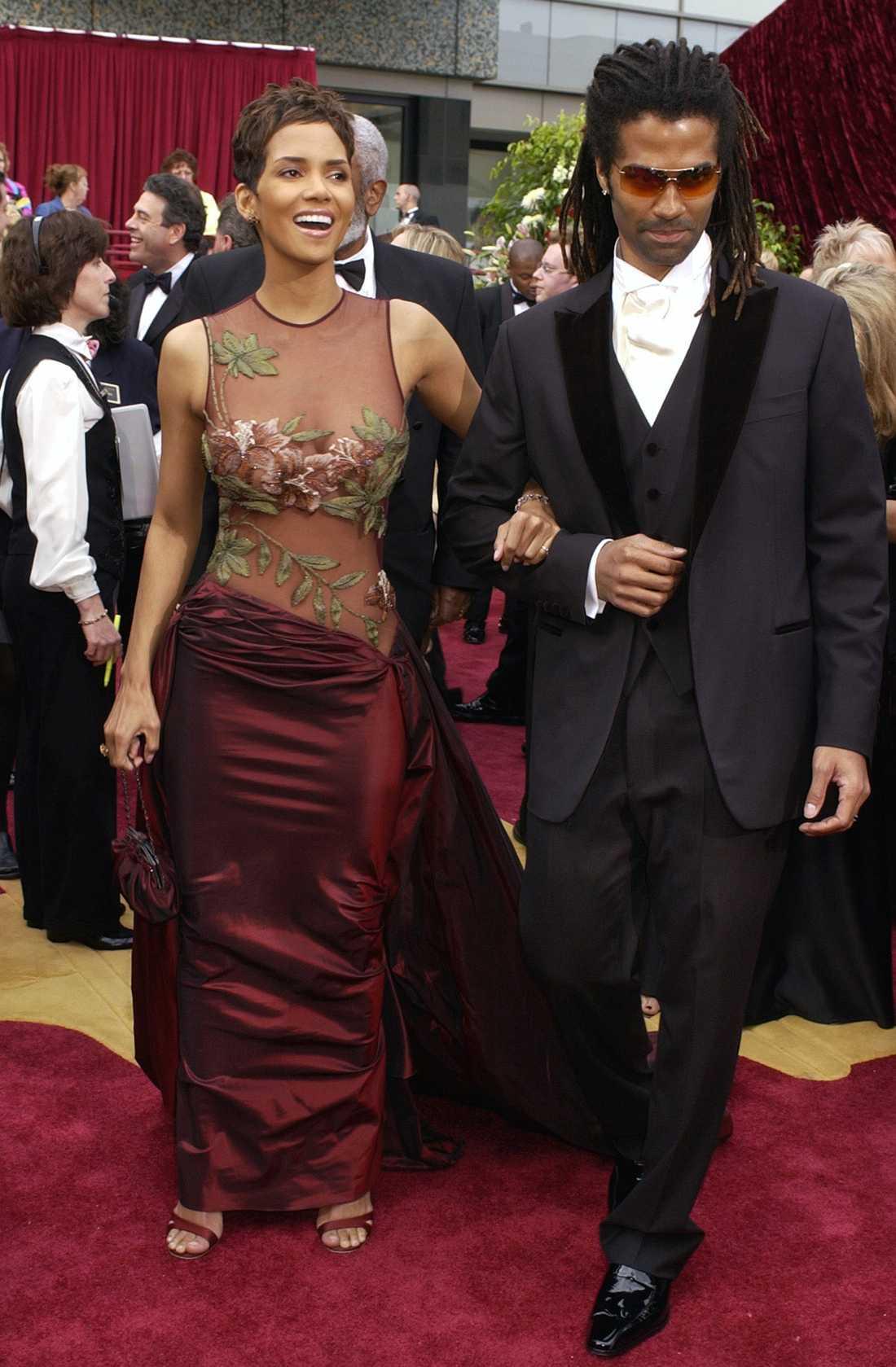 """Halle Berry 2002 """"Med all säkerhet inte den vackraste klänningen som Elie Saab skapat. Men tack vare att Halle Berry blev den första mörkhyade någonsin att vinna en Oscar för bästa huvudroll blev den här klänningen viktig, vacker och minnesvärd på ett helt annat plan. Fram för jämställdhet i Hollywood!!"""""""