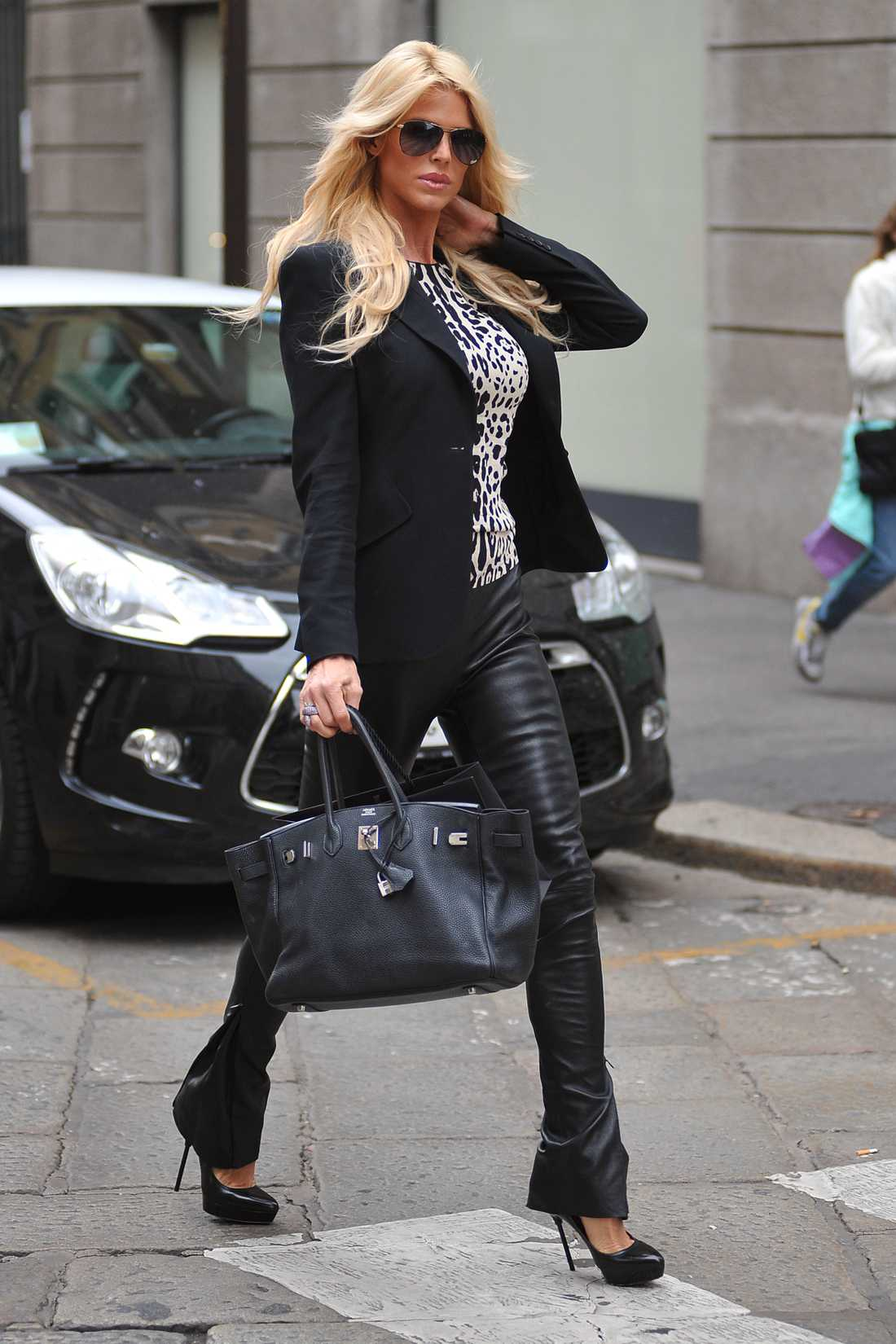 Victoria Silvstedt På extrema klackar shoppade Vickan loss i Milano i sällskap av pojkvännen Maurice Dabbah. Full pott för skinnlooken!