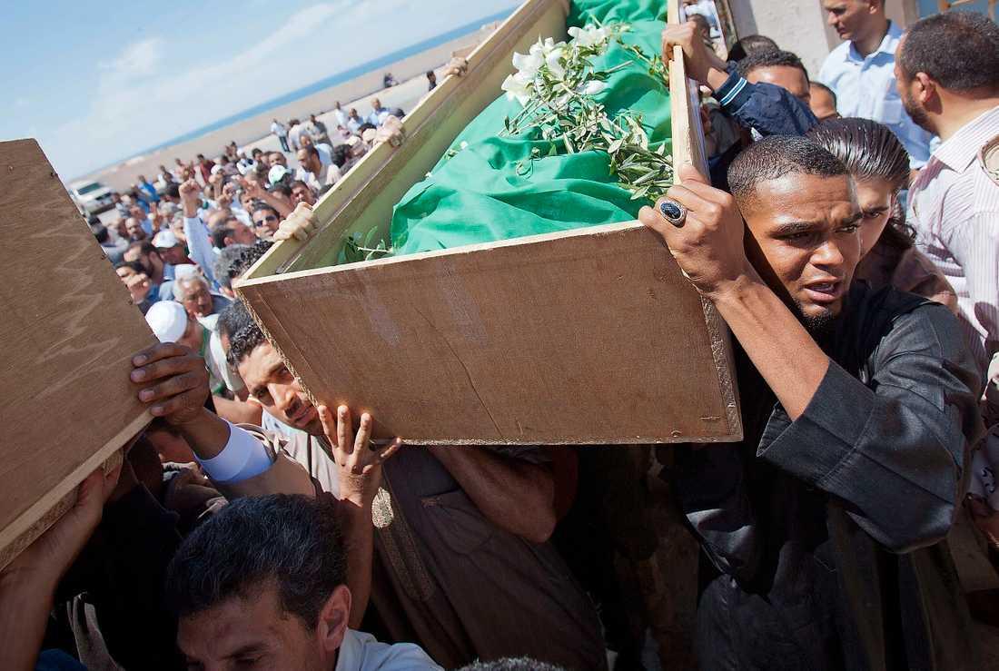 SKULLE HA SKYDDATS Anhöriga uttrycker sin sorg efter att elva civila libyer dödats i en misstänkt Nato-ledd flygattack i Tripoli den 14 maj 2011. Amnesty har dokumenterat 55 döda civila i luftangreppen.