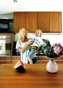 Lilla Malte och mamma Linda busar och myser. Alla Lindas och Eriks fyra barn älskar gästhuset och det nya köket.