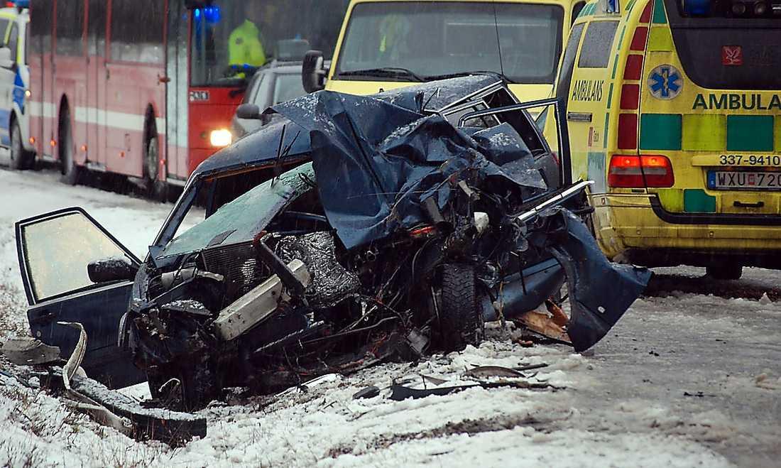 12:00 - En buss och en personbil krockade i närheten av Grödby norr om Nynäshamn. Enligt SOS Alarm fördes en skadad person till sjukhus med ambulanshelikopter.