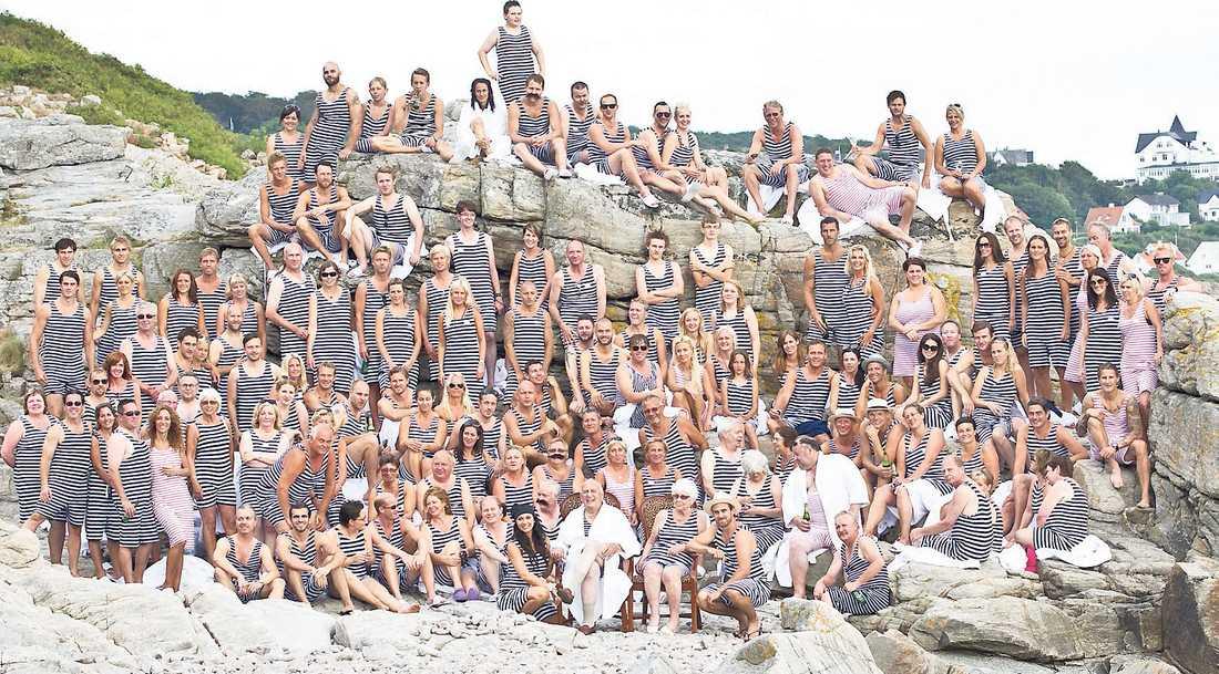 Långrandigt sällskap Samtliga festdeltagare fick klä sig i den klassiska randiga baddräkten och samlades sedan för ett gruppfotografi.