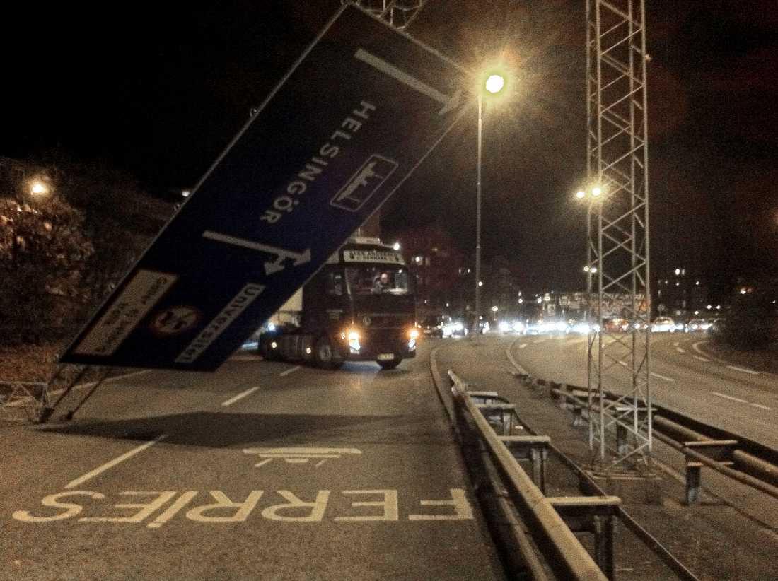 Vägskyltras En större vägskylt blåste under kvällen ner på Oljehamnsleden i Helsingborg.