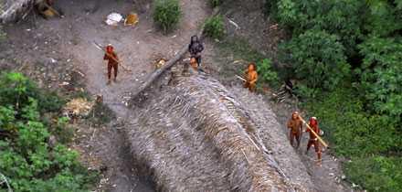 Indianerna skjuter med pil och båge mot helikoptern som passerar ovanför.