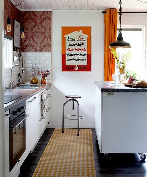 Den fasta köksinredningen, diskhon och diskmaskinen kommer ursprungligen från Ikea. Kristin fick allt via en bortskänkesannons på Blocket. Sammetsgardiner från Svanefors.