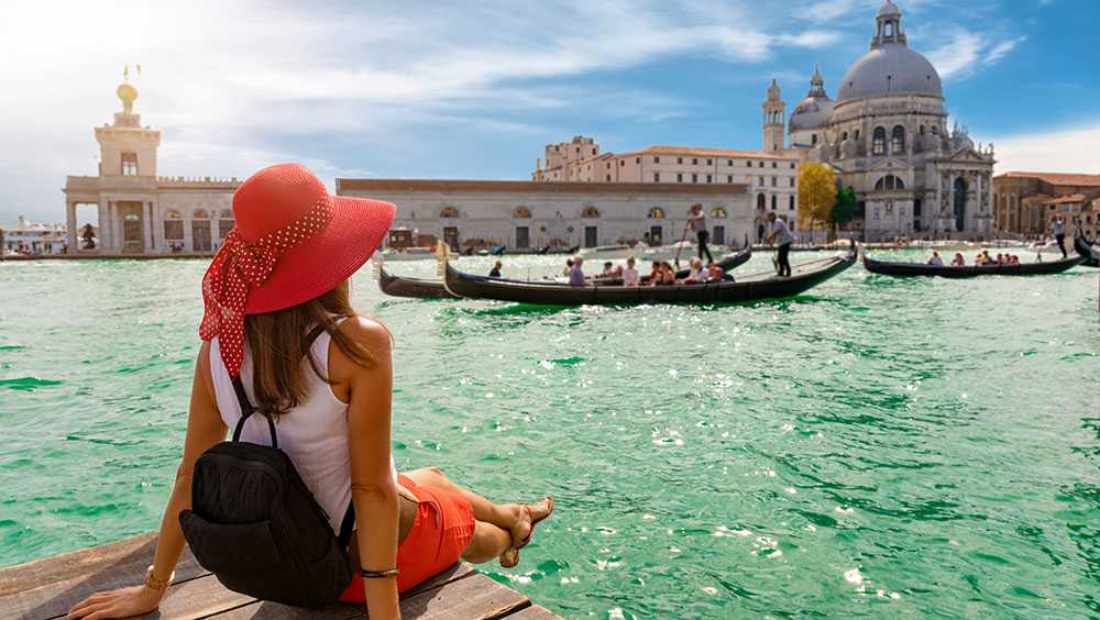 Det är förbjudet att sitta ner på vissa platser i Venedig.