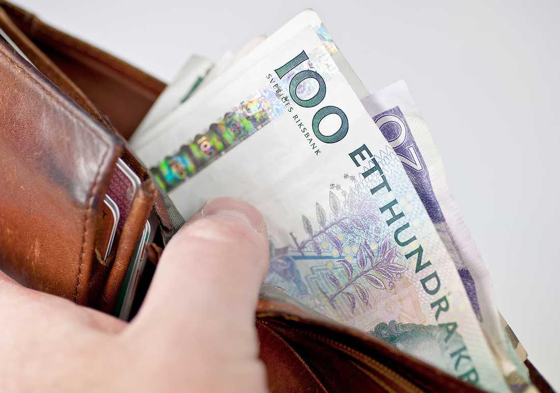 Mer än var tredje pensionär får ut mindre än 10 800 kronor i månaden och ligger under fattigdomsgränsen.