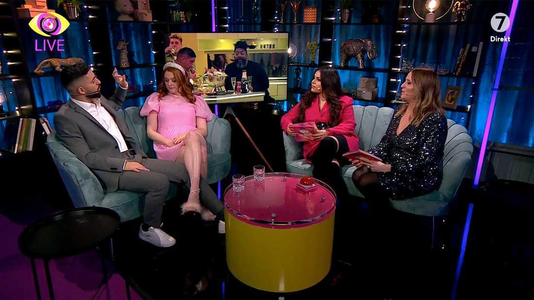 """För mycket studiosnack och för lite från """"Big brother""""-huset, lyder tittarnas kritik. Programledarna Malin Stenbäck och Arantxa Álvarez i soffan till höger."""