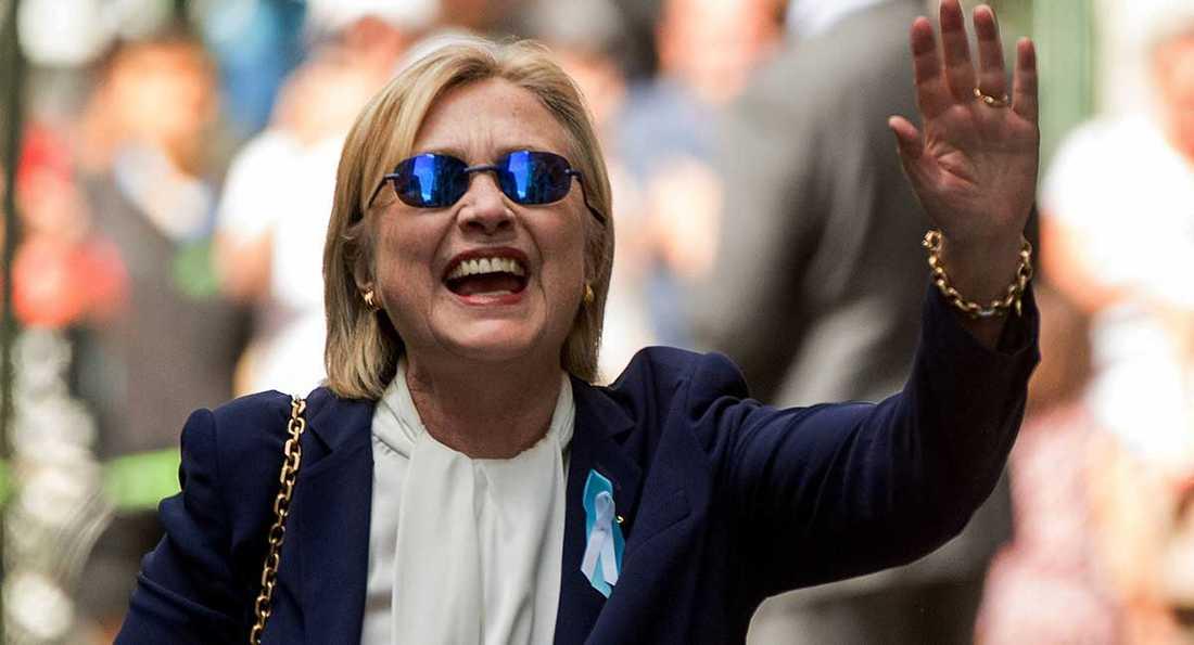 Hillary Clinton vinkar och visar väljarna att hon mår bättre.