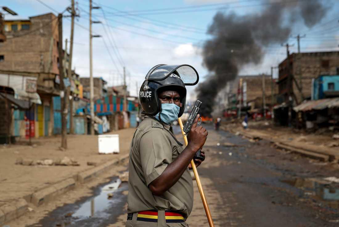 En beväpnad polis under en protest i Kenyas huvudstad Nairobi där flera fall av polisövervåld anmälts den senaste tiden. Arkivbild.