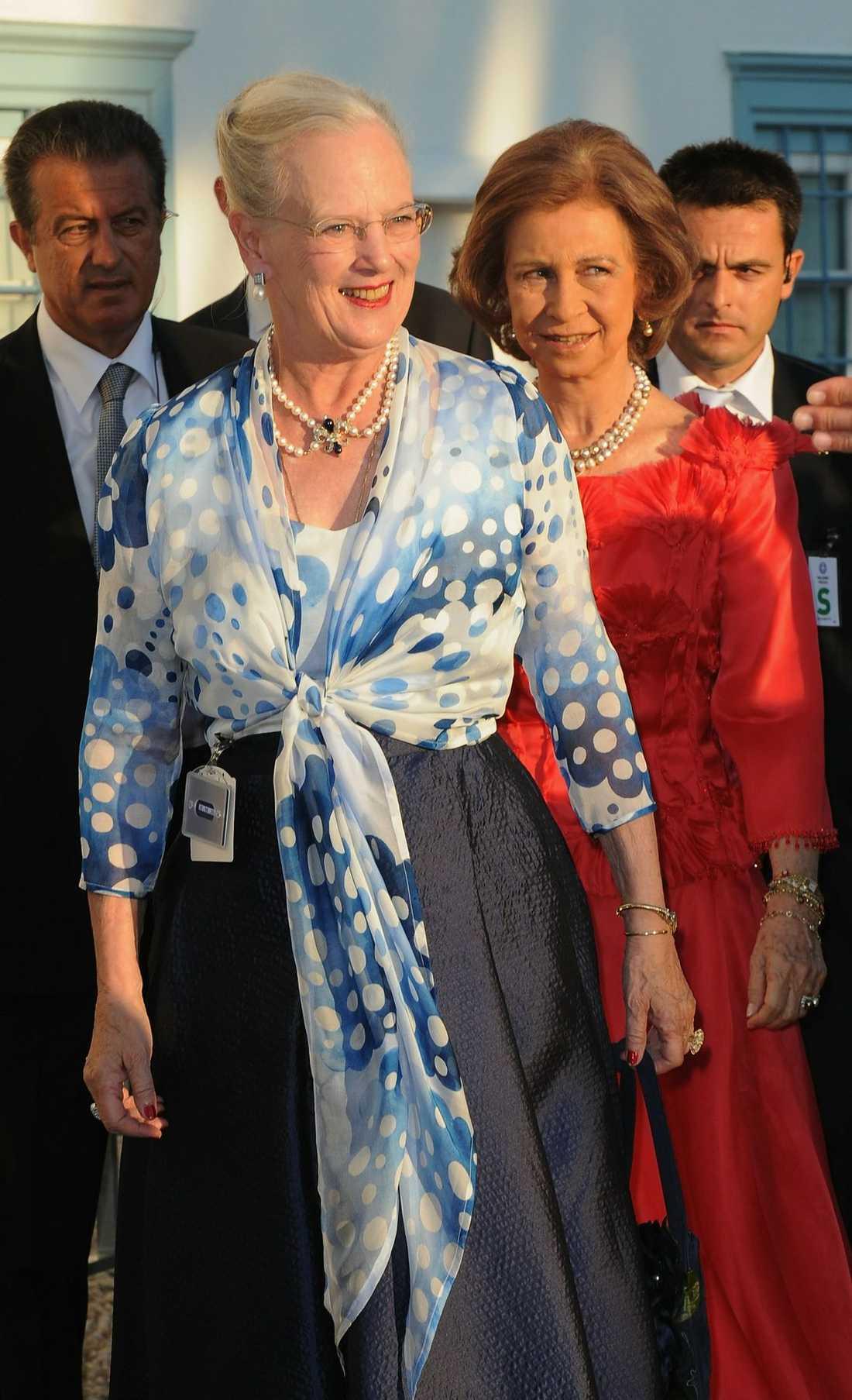 Danska drottning Margrethe överraskade pressen genom att dyka upp på bröllopsdagen.