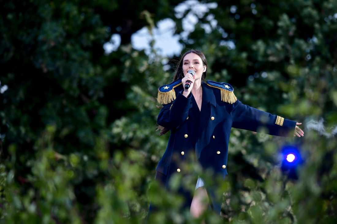 """Estraden (Louise Lennartsson) sjöng låten """"Dansar med mig själv"""" i tisdagens """"Allsång på Skansen""""."""