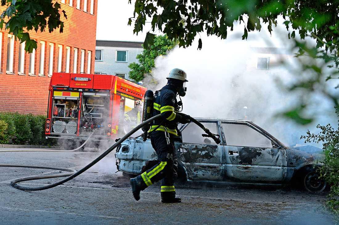 Räddningstjänsten släcker bildbranden i Tensta.