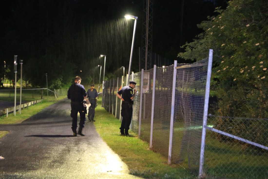 Poliser söker efter spår efter skottlossning i Stenhagen i Uppsala.
