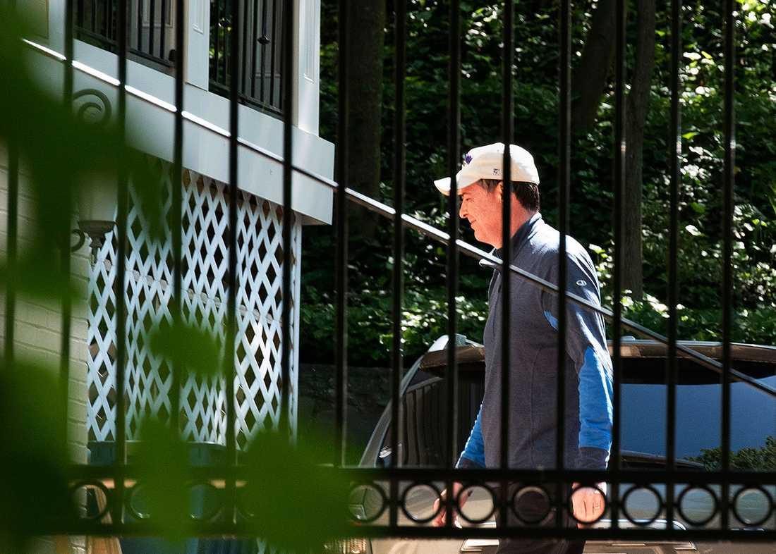 James Comey utanför sitt hem dagen efter att han fått sparken.