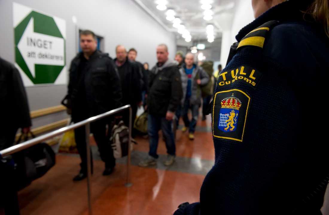 En tulltjänsteman kontrollerar inresande vid tullplatsen i Värtahamnen i Stockholm. Arkivbild.