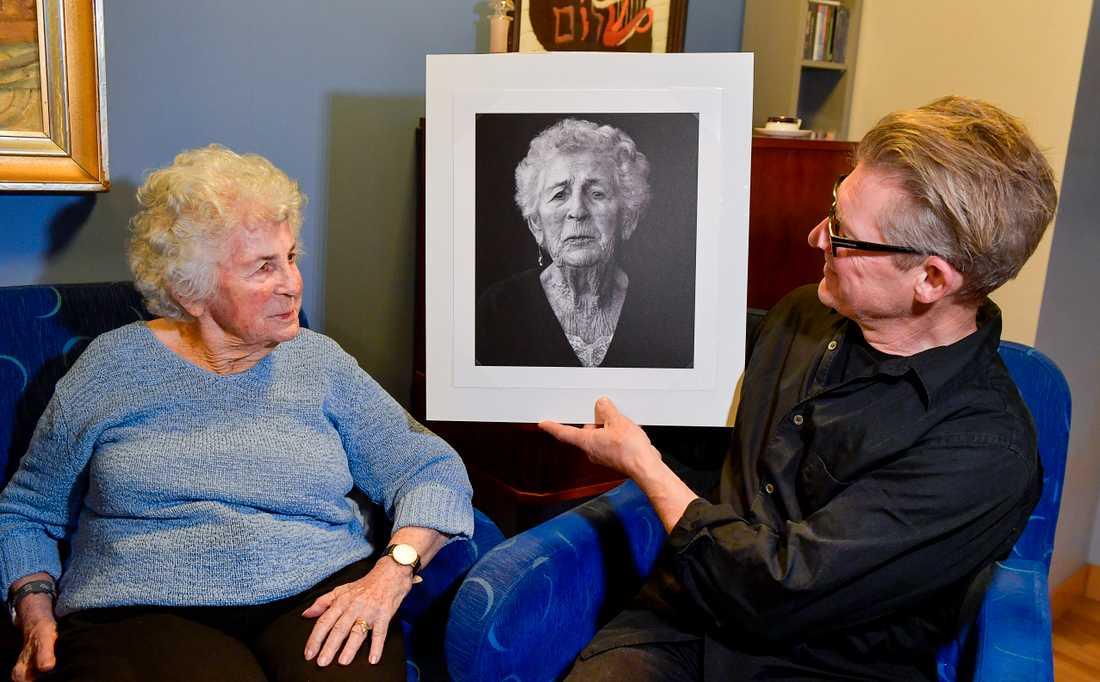 92-åriga Tauba Katzenstein i Stockholm är av de förintelseöverlevare som fotografen Mikael Jansson har dokumenterat. Han har belönats med årets stipendium ur Micael Bindefelds Stiftelse till minne av Förintelsen.