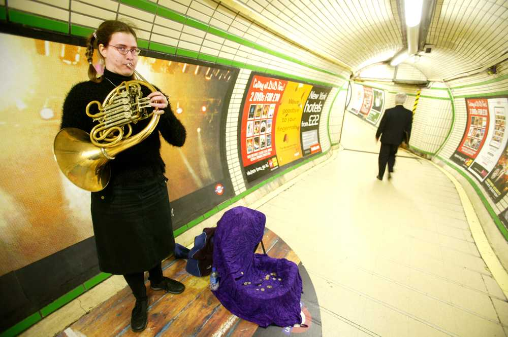 Gatumusikant i Londons tunnelbana.