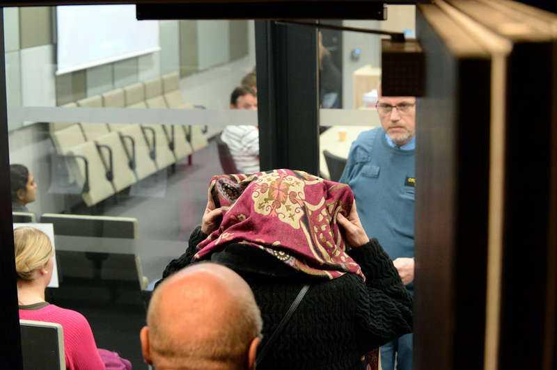 """PRESSAD I RÄTTEN Den misstänkta kvinnan förs in till rätten i Örebro. När åklagaren pressar henne att redogöra för hur mordet gått till brister hon ut i gråt. """"Jag ångrar mig så mycket"""", säger hon."""