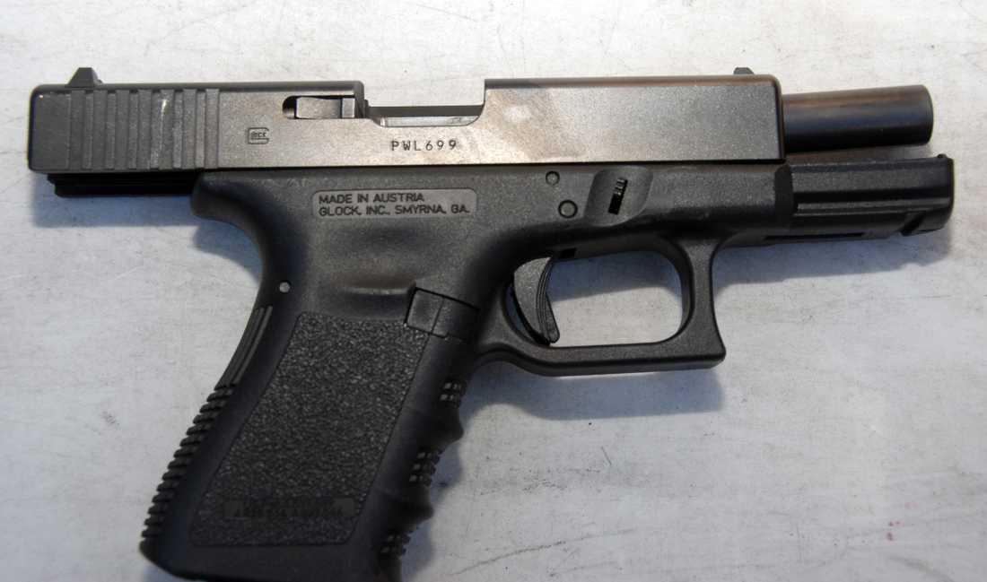 Sex stycken pistoler av modell Glock 17 ska enligt uppgift tidigare blivit stulna från ett låst skåp i Regeringskansliet. Nu ska ytterligare en pistol ha stulits.