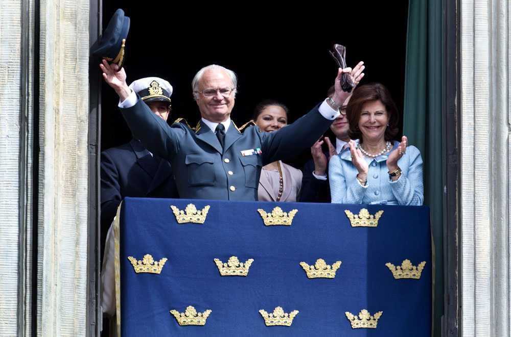 Lämnar inte plats. Kungen firade i dag sin 65-årsdag tillsammans med hundratals besökare på slottet. Han tänker inte pensionera sig, har han gjort klart.