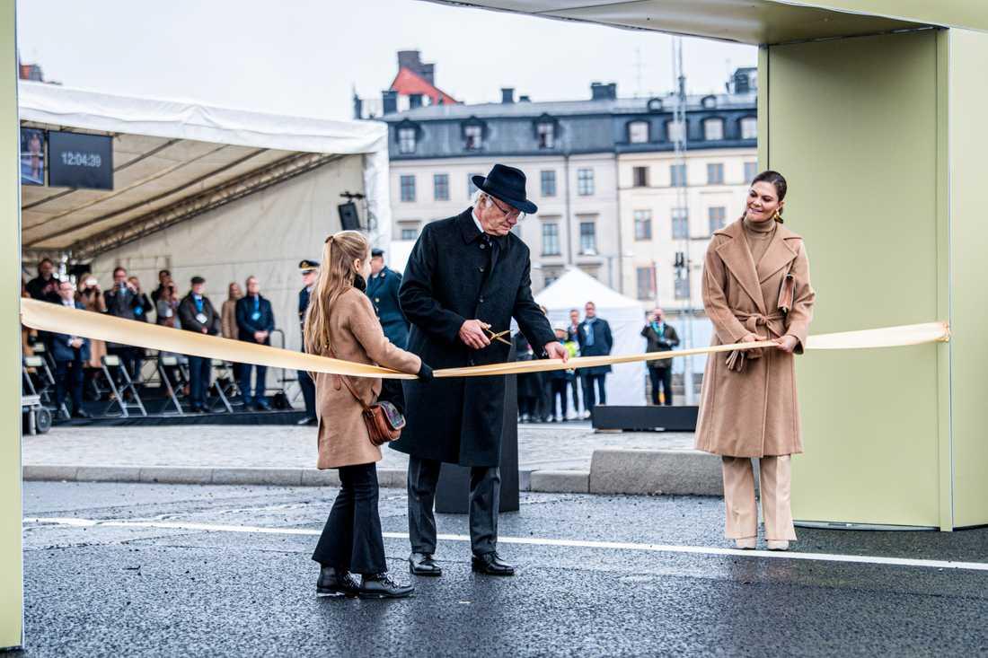 Kungen, med prinsessan Estelle och kronprinsessan Victoria, klippte bandet.