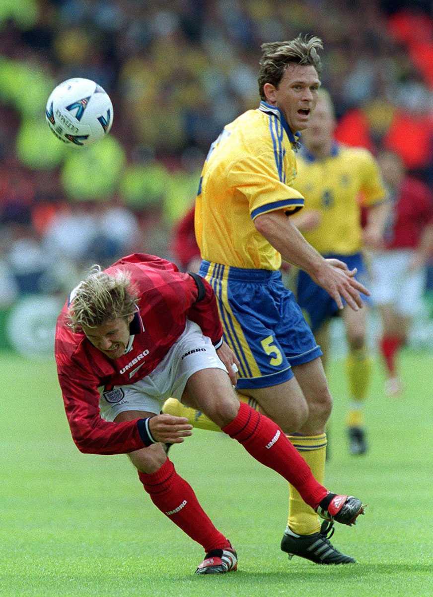 1990-2002 I tolv år var Pontus Kåmark en del av det svenska landslaget. Här med Englands David Beckham 1999.