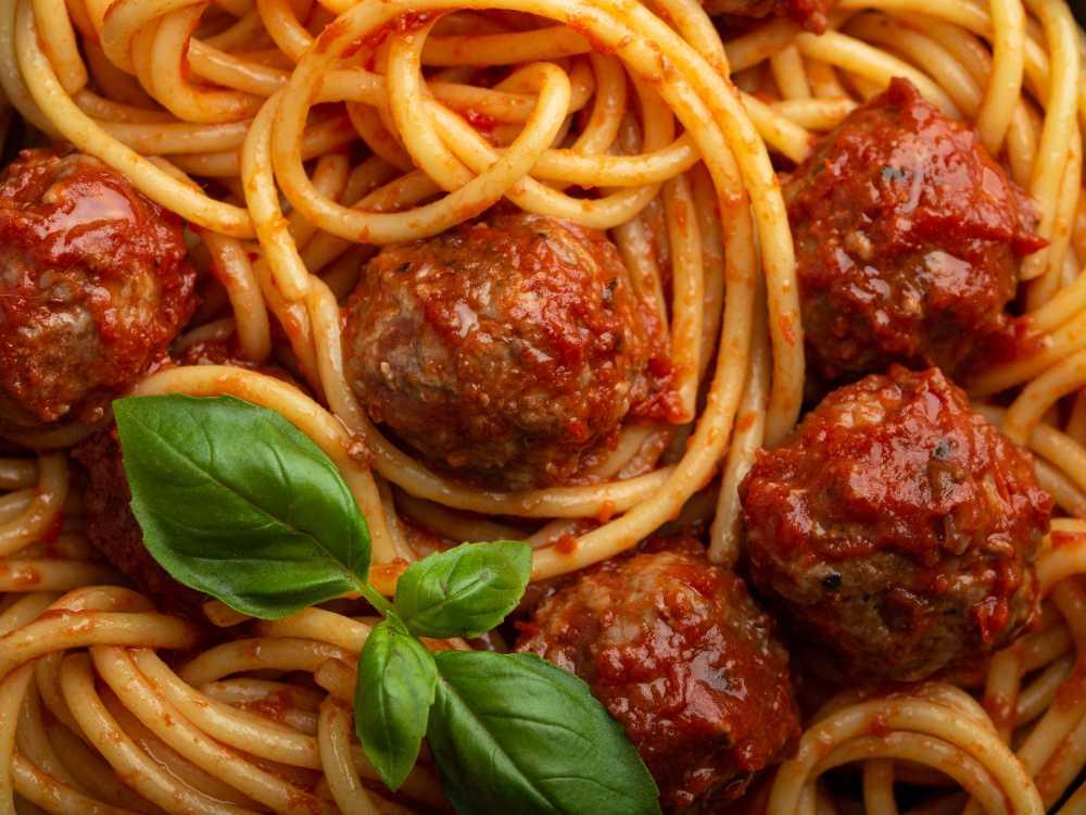 En härlig, smakrik tomatsås är gott till köttbullar och gör pastan krämig och god.