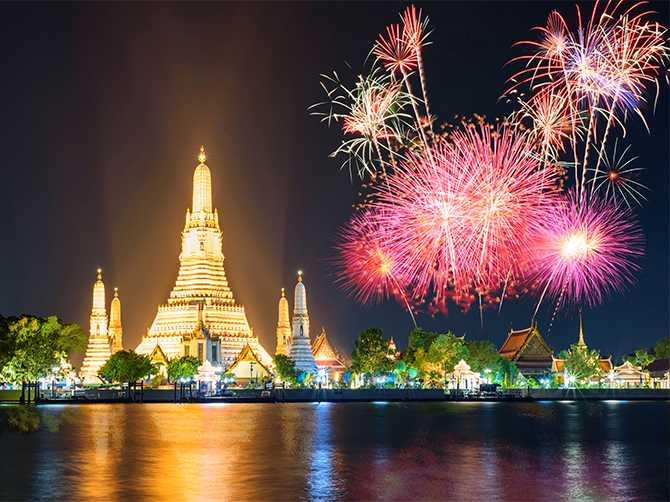 Fyrverkerishow över templet Wat Arun Ratchawararam Ratchawaramahawihan i Bangkok.