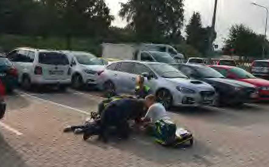Bild tagen av förbipasserande när ambulanspersonalen jobbar med att stabilisera Carita.