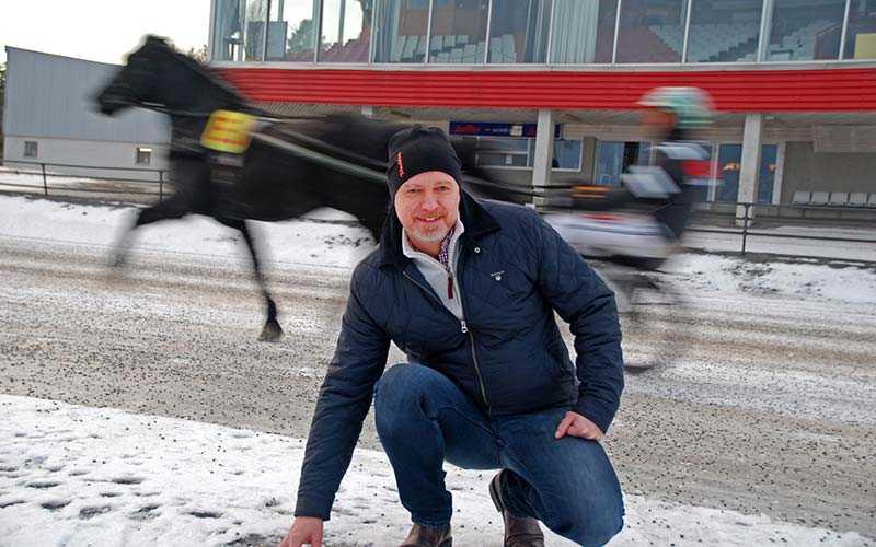 Klassisk vinterbana i V75 på juldagen på Umåker. Sportchefen Peter Fahlén förevisar underlaget.