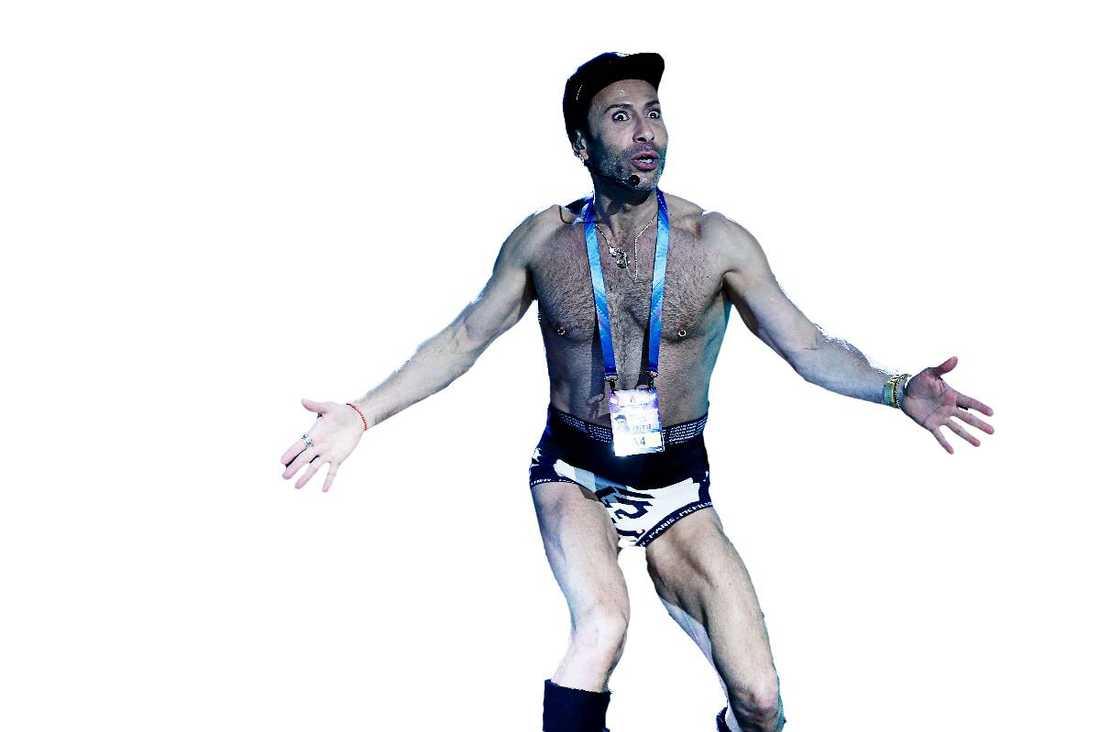 """Jean-Pierre Barda tar av sig kläderna, och kör sista genomsjungningen i bara kalsonger. Och utmanade programledaren Danny Saucedos superkropp. """"Ja, ungefär så kommer det att se ut på lördag, men jag kommer att ha lite mer än bara kalsonger. Vi söker inga ‧naken-chocker, det blir bara så,"""" säger han."""